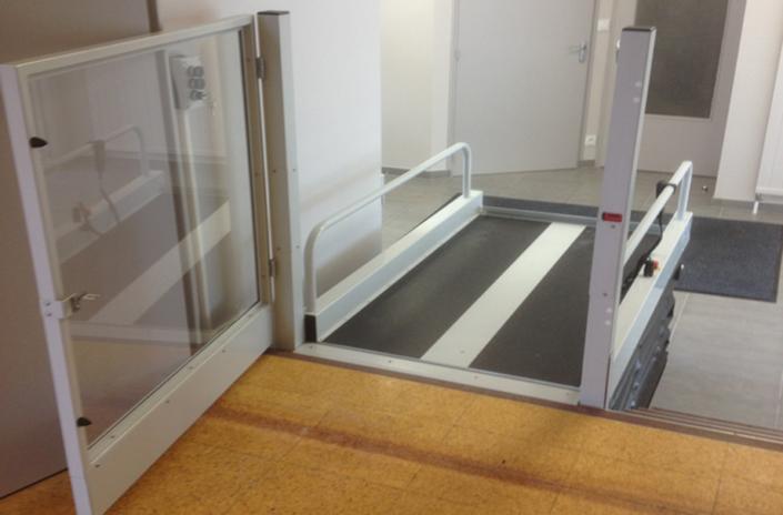 ESCALEV - Spécialiste de la plateforme élévatrice mobile et verticale à Nantes, La Roche sur Yon et Angers - Produits sur-mesure, qui s'adaptent à toutes les architectures d'escaliers et au design de votre habitat.