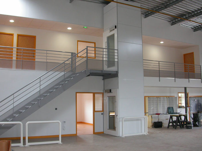 ESCALEV - Spécialiste de l'élévateur à Nantes, La Roche sur Yon et Angers - Pour les ascenseurs privatifs, nous vous proposons différents produits qui contribueront à votre confort et à votre sécurité.