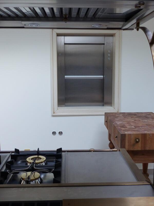 ESCALEV - Spécialiste des monte-plats, monte-chariots, monte-charges, monte-palettes pour restaurant, collectivités, usine à Nantes, La Roche sur Yon et Angers - Produits sur-mesure, qui s'adaptent à toutes les architectures d'escaliers et au design de votre habitat.