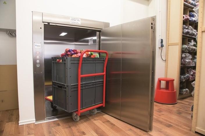 ESCALEV - Spécialiste des monte-chariots, monte-palettes pour restaurant, collectivités, usine à Nantes, La Roche sur Yon et Angers - Produits sur-mesure, qui s'adaptent à toutes les architectures d'escaliers et au design de votre habitat.